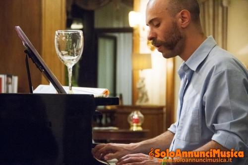 Lezioni di chitarra, pianoforte e canto.